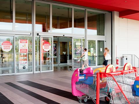 Supermercato, rivendita carni e tabaccheria